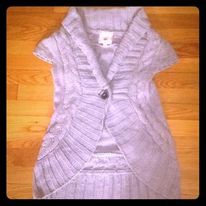 Gray cable knit sleeveless sweater with one button